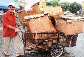 A street catador of cardboard